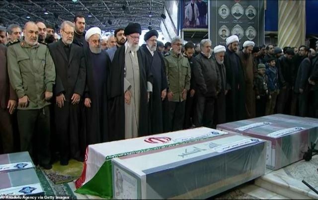 Ajatollah Ali Chamenei (czwarty od lewej) płakał nad resztkami Qassem Soleimani, gdy tysiące żałobników zgromadziły się w Teheranie na drugi dzień pogrzebu generała