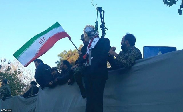 """Protestujący zorganizowali symboliczną """"egzekucję"""" wizerunku Donalda Trumpa podczas ceremonii pogrzebowej Qassem Soleimani"""