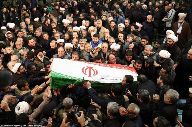 Irańczycy niosą trumnę podczas ceremonii pogrzebowej Qasasa Soleimaniego, dowódcy Sił Quds Irańskich Gwardii Rewolucyjnej, który zginął w nalocie na dron w USA w Iraku
