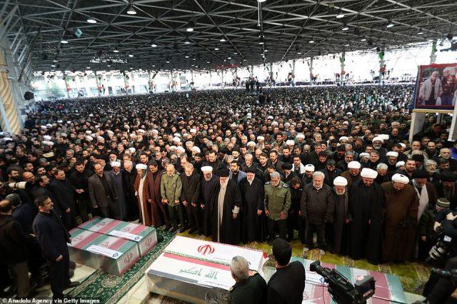 Ayatollah Ali Chamenei, irański prezydent Hassan Rouhani oraz wieloletni porucznik i następca Soleimani Esmail Qaani stoją przy trumnie dowódcy wojskowego, który zmarł w piątek