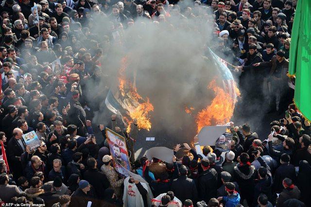 Irańczycy podpalili amerykańską i izraelską flagę podczas poniedziałkowej procesji pogrzebowej dla dowódcy wojskowego Qasem Soleimana