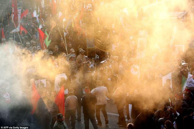 Wojska irańskie paradują za zasłoną dymną z kadzenia, gdy tłumy gromadzą się dziś w Teheranie, aby złożyć hołd zabitemu dowódcy wojskowemu Qasem Soleimani