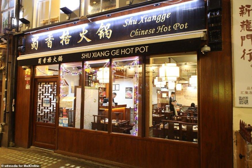 54-летний тайваньский владелец рыночного прилавка в Аберистуите, Западный Уэльс, заявил, что другие владельцы торговых палаток пытались прогнать ее и сказали ей «идти домой». На фото: почти безлюдный ресторан в китайском квартале. Там нет никаких предположений, что сотрудники ресторана заражены вирусом