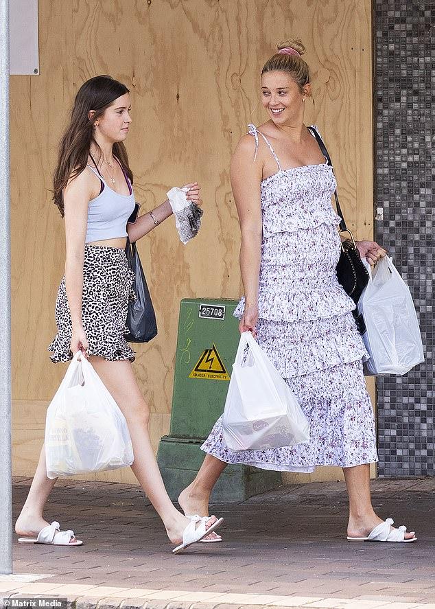 Девичник день! Беременная Жасмин Ярбро (Ригт) была замечена, когда она брала падчерицу Аву Стефанович, 14 лет (слева), делающей покупки в Мосмане в воскресенье. И Ава, и Жасмин носили обувь из коллекции обуви Jasmine's Mara & Mine.