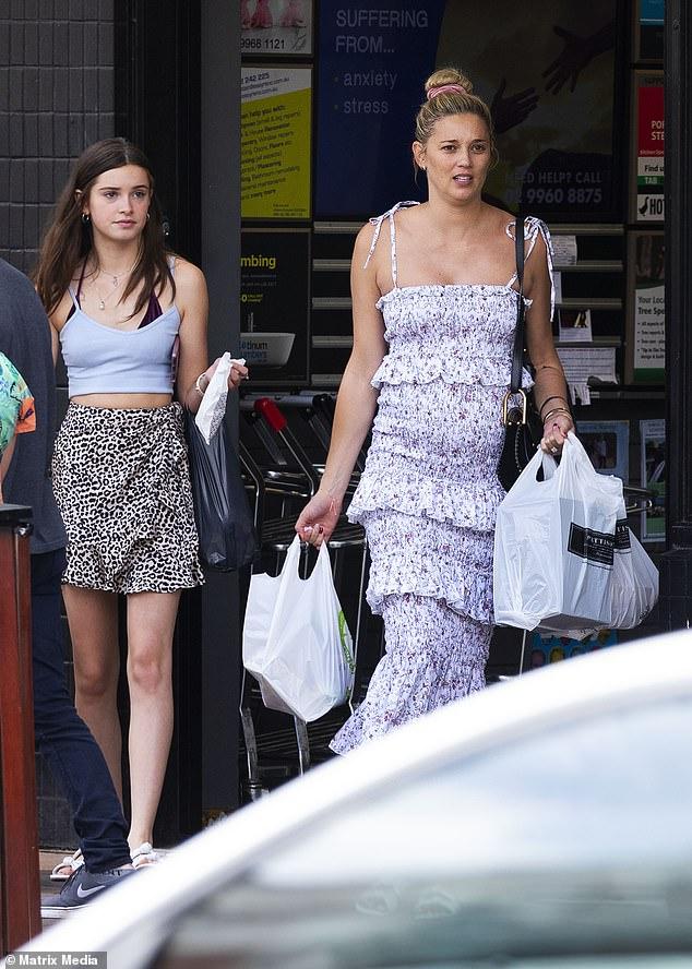 Модно: дизайнер Mara & Mine потряс женское белое макси-платье на спагетти с ремешком, на котором были изображены каскадные оборки и изысканный розовый цветочный узор