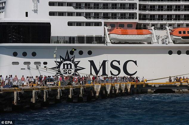 Der abgebildeten MSC Meraviglia wurde die Erlaubnis verweigert, in drei karibischen Häfen anzulegen, bevor sie auf der Insel Cozumel vor der mexikanischen Küste ankam. Schließlich durften die Passagiere aussteigen, nachdem mexikanische Beamte an Bord keine Hinweise auf ein Coronovirus gefunden hatten