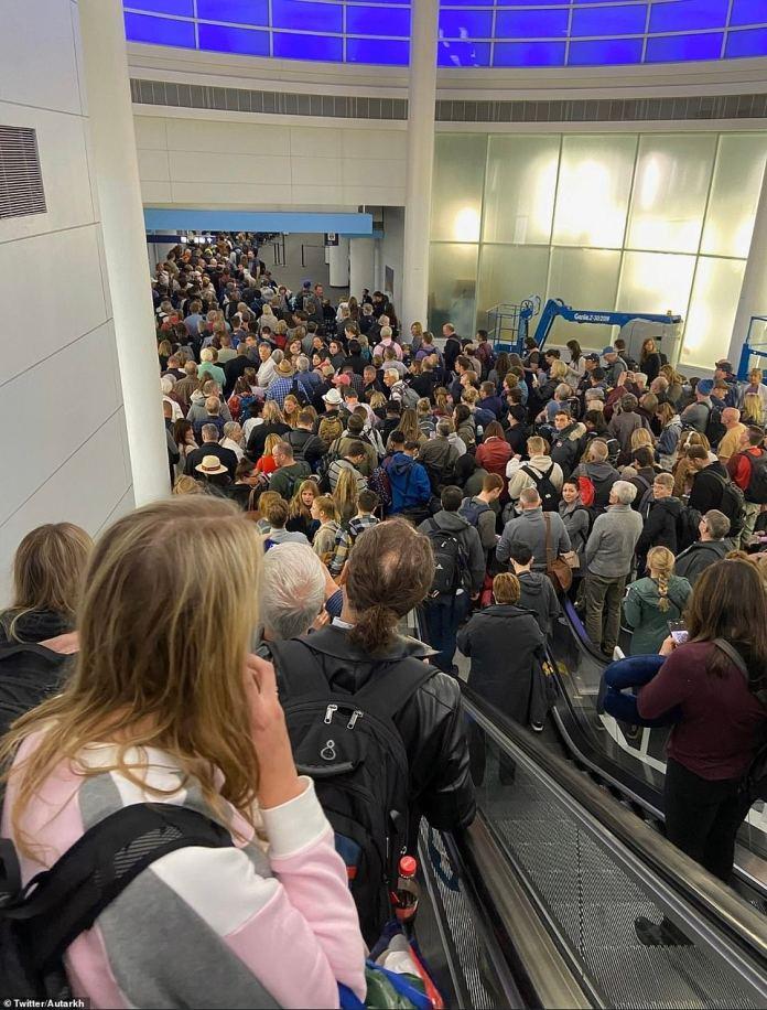 Resultado de imagen de Gov. Abbott calls long lines at DFW 'unacceptable' as travelers wait for hours due to 'enhanced procedures'