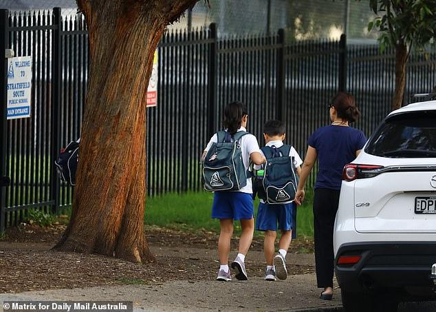Kinder außerhalb einer Schule in Strathfield in Sydney. Herr Morrison blieb fest in der Haltung der Regierung, die Schulen offen zu halten
