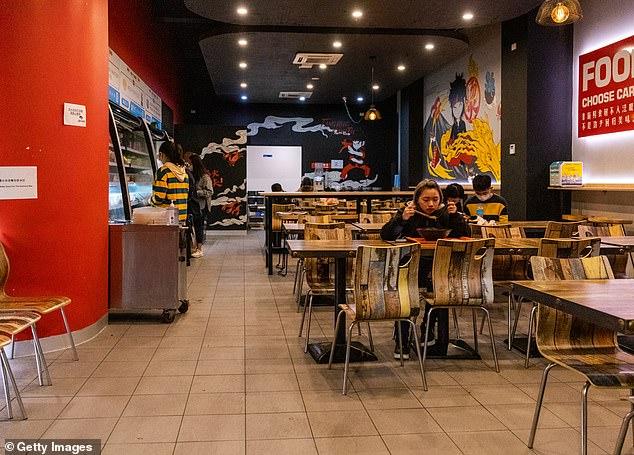 Im Bild: Ein ruhiges Restaurant in Melbourne am Samstag. Es wurde angeordnet, dass Restaurants zusammen mit lizenzierten Räumlichkeiten in Hotels geschlossen werden