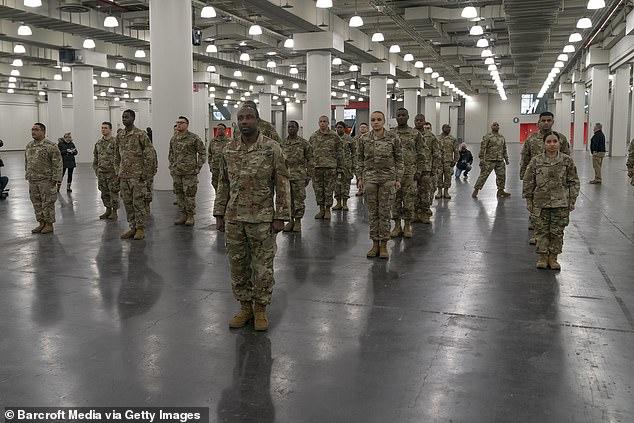 Национальная гвардия в понедельник в Нью-Йорке видна в центре Джейкоба Джавитса. Массивный конференц-центр превращается в полевой госпиталь