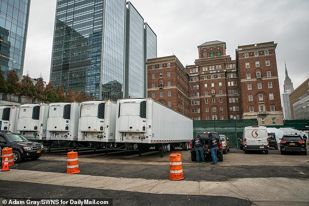 New York morgues are also filling up. This week, refrigerated trailers to guard the corpses are installed outside the Bellevue Hospital in Manhattan