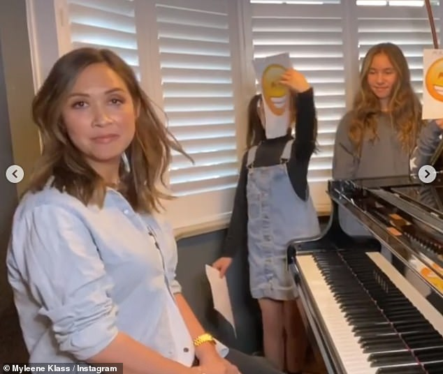 Lesson:In the clip, the star, who donned a pale blue shirt, played a jaunty tune, with her girls then holding up smiley or sad face posters to guess whether the tune was played in a major or minor chord