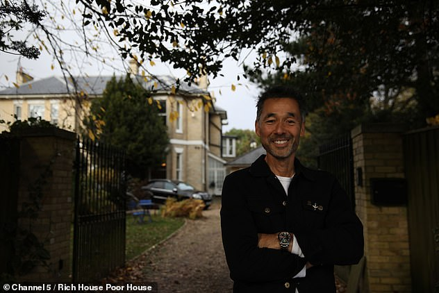 Damien is shocked to see how difficult it is to eat healthy on a budget after having changed his budget with Larissa (photo in front of her Bournemouth mansion)