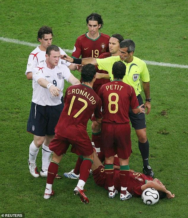 Rooney a poussé Ronaldo alors que Carvalho gisait sur le sol juste avant qu'on lui montre le carton rouge