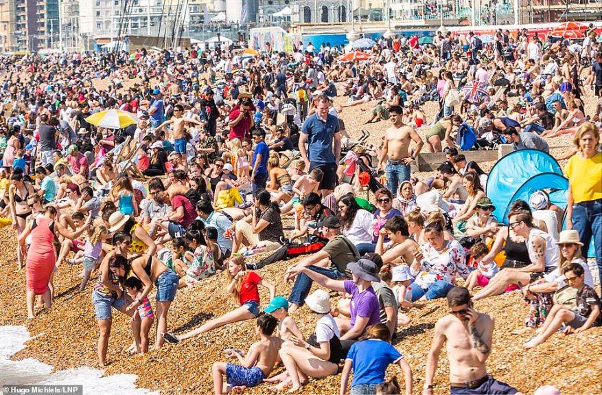 Una multitud de miles asistió a disfrutar del paseo marítimo de Brighton y Hove hace solo un año, y muchos disfrutaron del clima