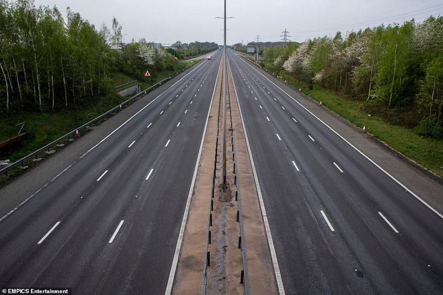 La autopista M5 en Worcester, Worcestershire, que normalmente está ocupada durante la escapada festiva de Pascua, está en silencio mientras el Reino Unido continúa bloqueado para reducir la propagación del coronavirus