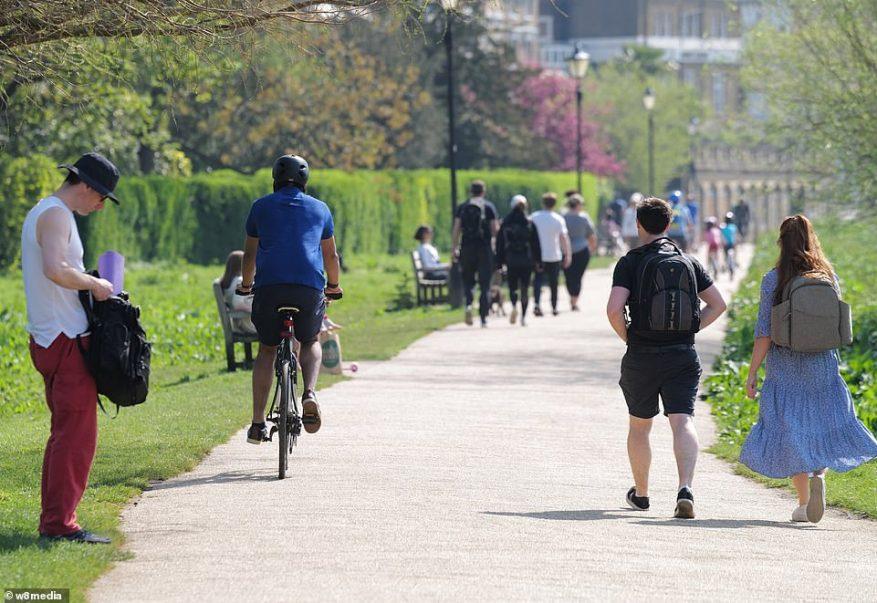 Hoy se representa una concurrida orilla del río Richmond mientras las personas disfrutan de su asignación diaria de ejercicio antes de un fin de semana de cuatro días festivos en Gran Bretaña
