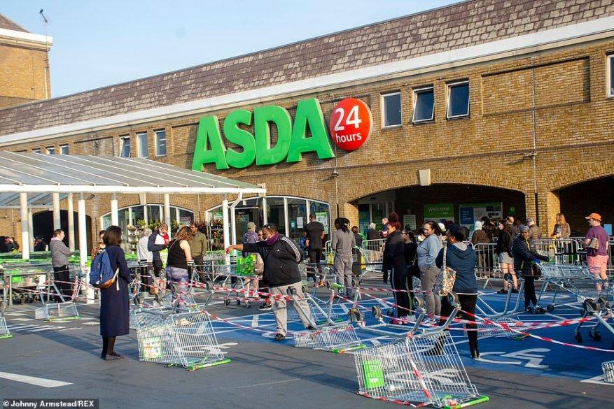 Londres: haga cola en el cruce de Asda Clapham, cruza y baja el aparcamiento antes de entrar en una chicana de carritos de compras volcados