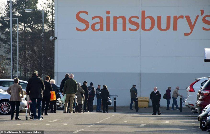 Newcastle: los compradores de la madrugada hacen cola afuera esperando que el supermercado Sainsbury's abra en Heaton, Newcastle-upon-Tyne