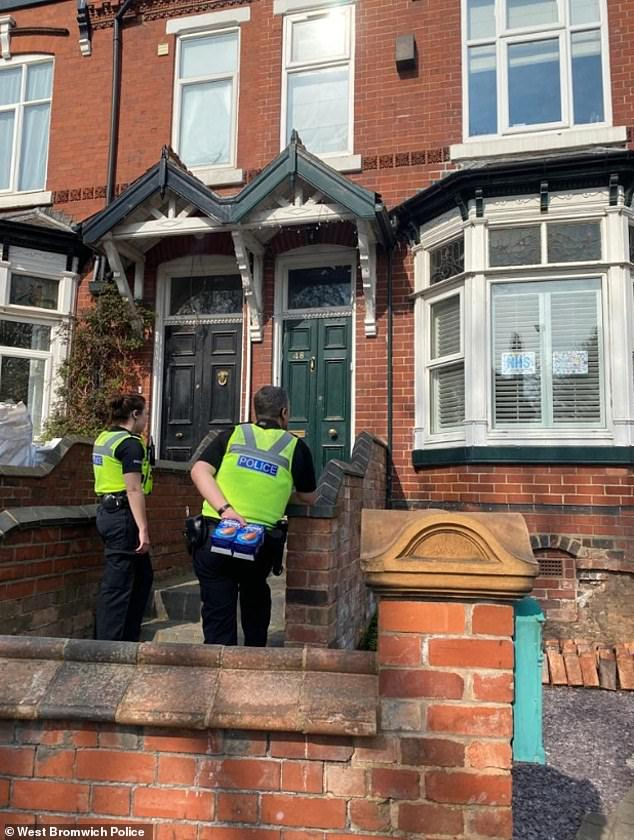 Police Deliver Easter Eggs To Homes Of Children Who Have Installed Rainbows Fr24 News English