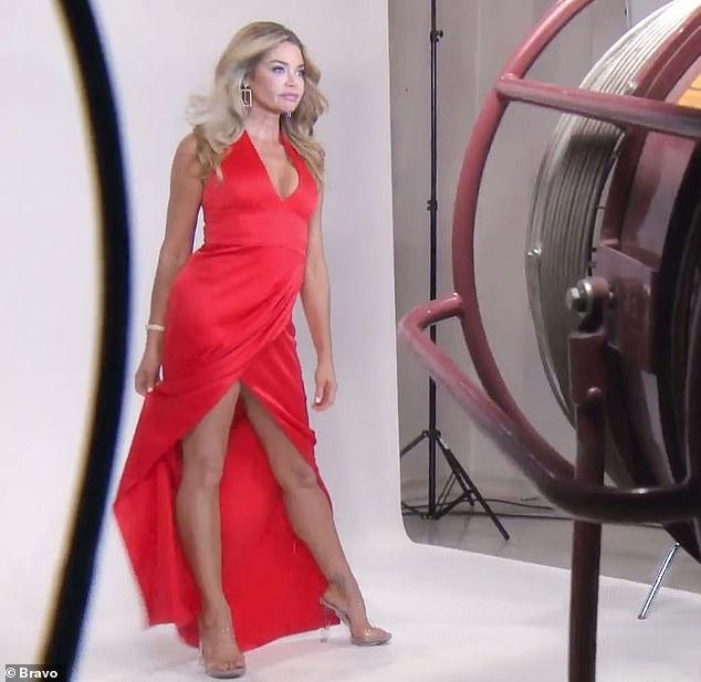 Désolé! Mais l'ex-femme de Charlie Sheen, 49 ans, s'est excusée de son comportement. «J'étais tout excité avant que ma tequila ne soit livrée. Je me sentais mal et je me suis excusé auprès du serveur '', a déclaré l'ancienne Bond girl. 'Mais je connais ma tequila #RHOBH'