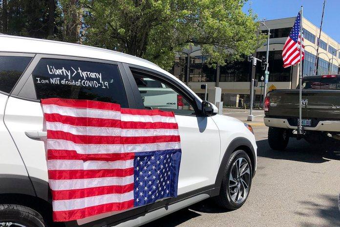 Les manifestants à l'extérieur de l'Oregon State Capitol à Salem, Oregon, conduisent vendredi