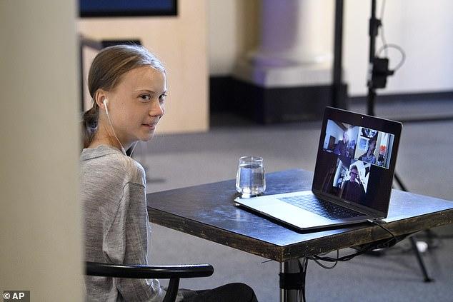 Thunberg, photographiée au Musée Nobel de Stockholm la semaine dernière, a comparé la «crise des droits de l'enfant» de la pandémie à celle causée par le changement climatique