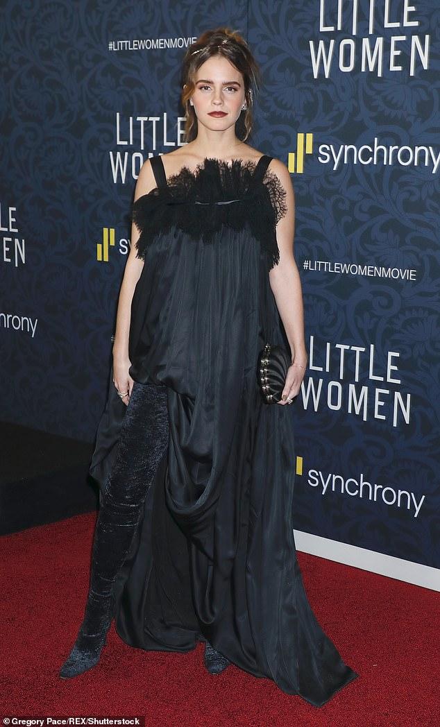 Célibataire? Dans une interview accordée au British Vogue en novembre dernier, Emma s'est décrite comme étant `` indépendante '' mais a également admis avoir `` des rendez-vous '' (photo en décembre 2019)