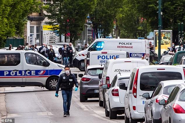 La circulation est interrompue sur les lieux de l'attaque. Les deux officiers blessés ont été transportés hors de la scène, les pires blessés se rendant à l'hôpital Beaujon de Clichy, où il a été placé dans un coma artificiel.
