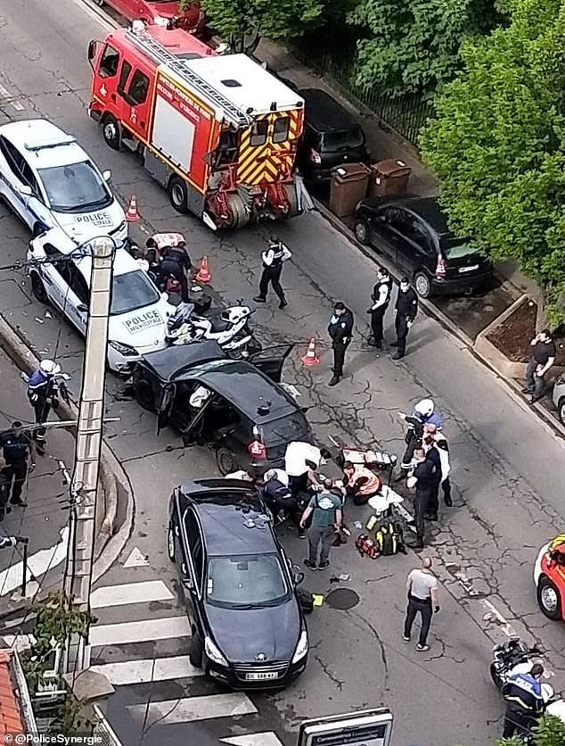 L'attaque horrible a eu lieu dans la banlieue nord de Colombes peu après 17h30 lundi et a laissé l'un des officiers en soins intensifs (scène de l'attaque sur la photo)