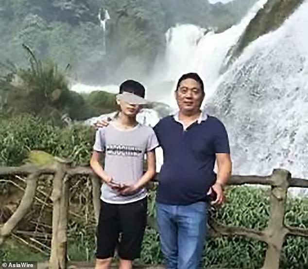 Un écolier de 15 ans, connu sous son nom de famille Li, a été déclaré mort le 24 avril après s'être effondré lors d'un cours d'éducation physique au collège Dancheng Caiyuan dans la province du Henan, dans le centre de la Chine. Li est photographié ici avec son père, M. Li
