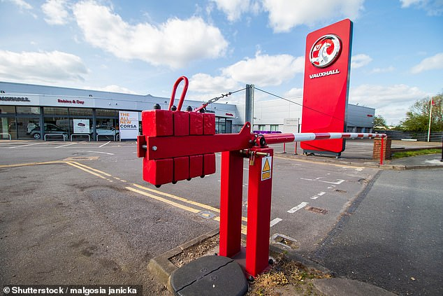 British car dealerships have been closed since March 23, when the lockout was announced. Although the government has given them the green light to sell vehicles online and has declared that they can deliver them to customers if they respect the rules of social distancing