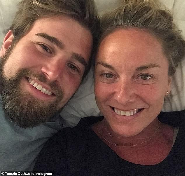 Smitten: Tamzin Outhwaite, de 49 años, ha defendido su relación de dos años y medio con el entrenador personal de 29 años Tom Child