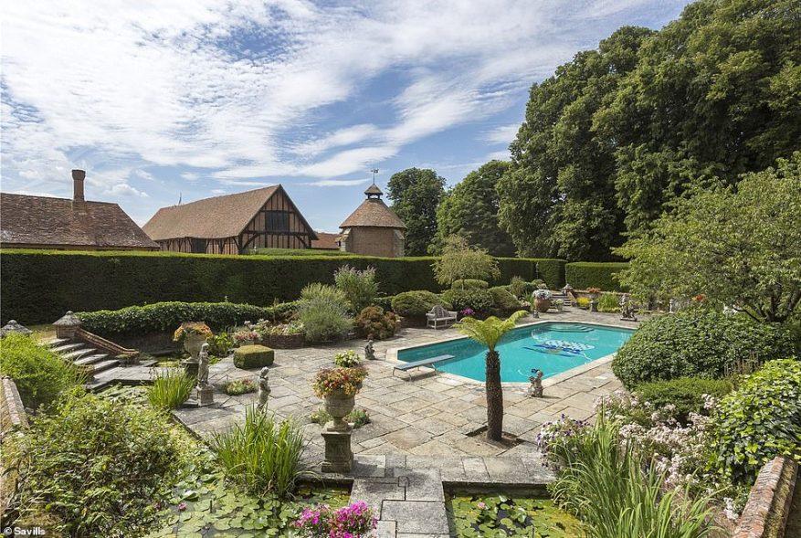 Los compradores anhelan grandes espacios privados al aire libre durante el cierre, como el que se encuentra en esta casa de Berkshire. Sin embargo, con un precio de £ 10 millones para esta propiedad, la mayoría tendrá que fijar la vista más baja que esta propiedad soñada.