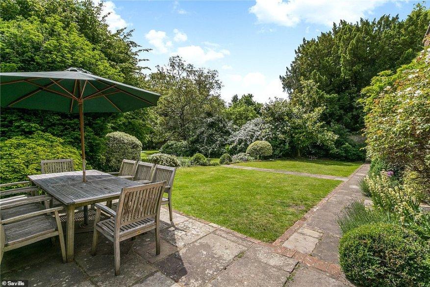 La propiedad Marlow ofrece mucho espacio o comer al aire libre con la familia rodeada de jardines verdes y está a pocos pasos del río Támesis y de la hermosa campiña inglesa en los alrededores de Marlow, Hambleden y Henley.