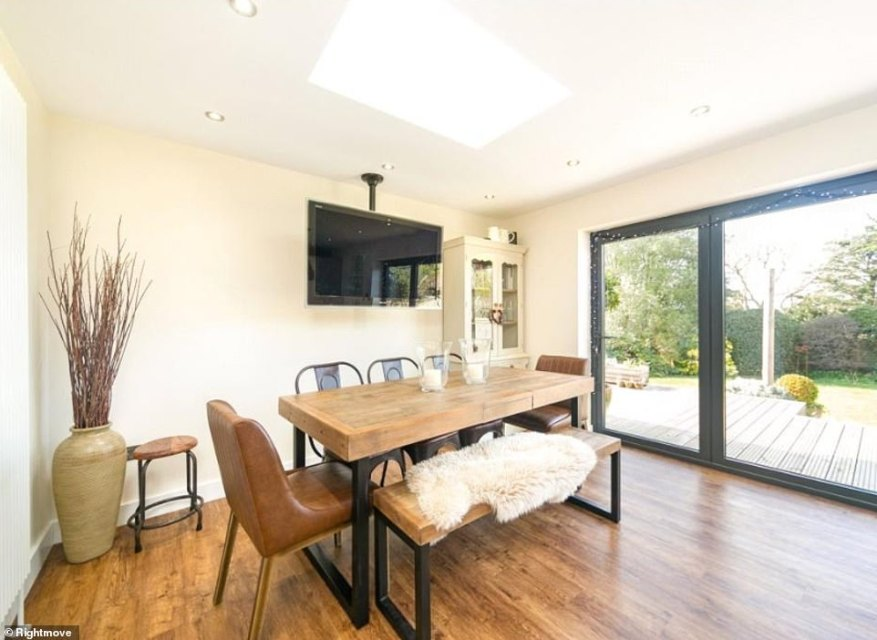 El comedor es elegante y moderno con impresionantes vistas al jardín. Los pisos de madera son elegantes y fáciles de limpiar y hay suficiente espacio para albergar