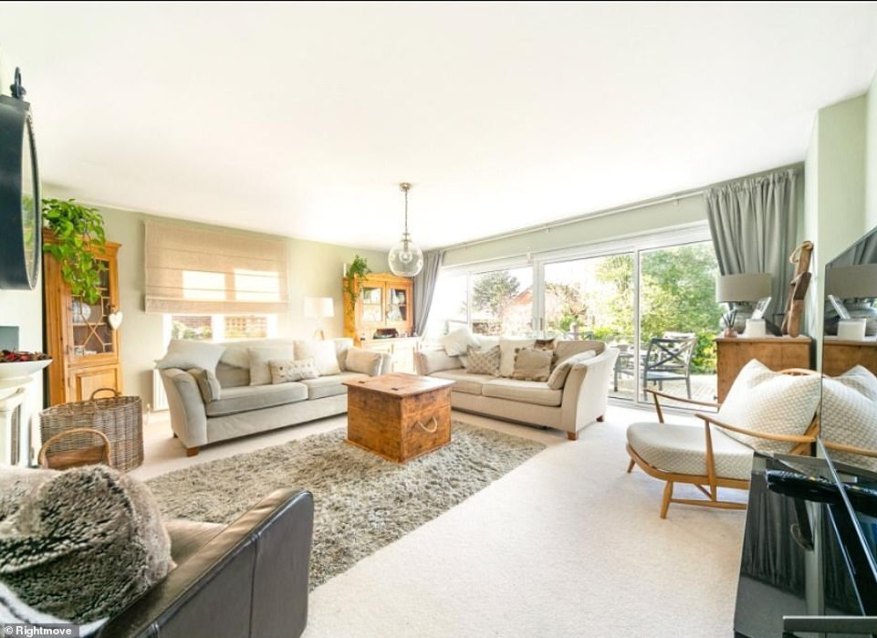 El amplio y luminoso salón es realmente espacioso y moderno con colores nítidos y limpios y grandes ventanales. El espacio es ideal para alguien que busca una jubilación tranquila.