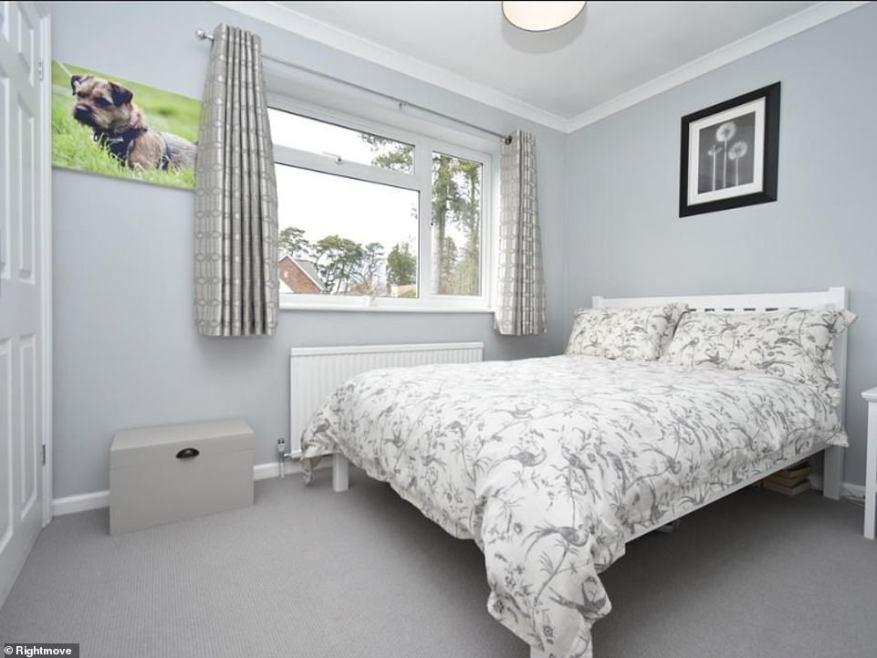 Las habitaciones han sido decoradas en el mismo estilo elegante que la planta baja con paredes de colores claros y alfombras que le dan al espacio un acabado abierto y transpirable.