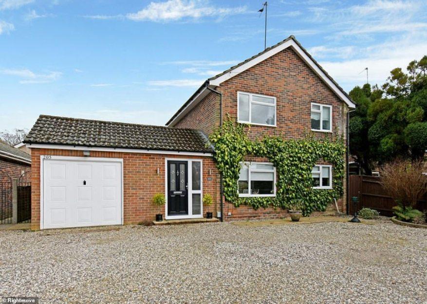 Esta propiedad independiente de tres dormitorios en Newbury tiene un camino privado con un garaje y elegantes vides trepando por los lados