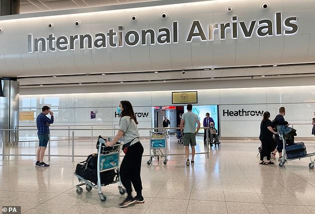 Vendredi, la Grande-Bretagne a déclaré à partir de juin que toutes les arrivées au Royaume-Uni - y compris les Britanniques de retour - seraient mises en quarantaine pendant 14 jours et seraient passibles de 1 000 £ d'amendes ou de déportation s'ils ne le faisaient pas. Sur la photo: les arrivées du terminal 2 à l'aéroport d'Heathrow de Londres samedi