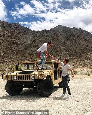 ¡Cinco estrellas! Desde esquiar en Suiza hasta jugar polo en Argentina y conducir por el Valle de Coachella (en la foto), a Flynn le gusta divertirse cuando no está estudiando
