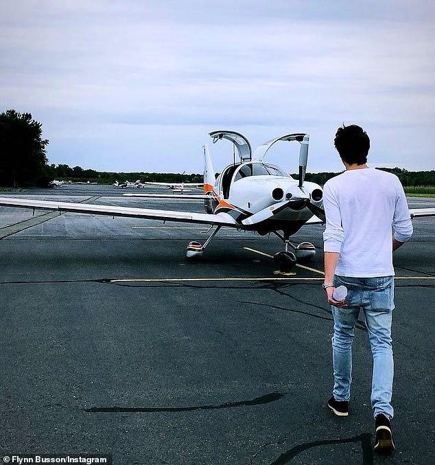 ¡Impresionante! No solo viaja en aviones privados, también los vuela