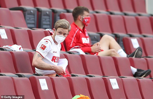 On the ground, substitute players sit in the stands to respect the rules of social distance of two meters