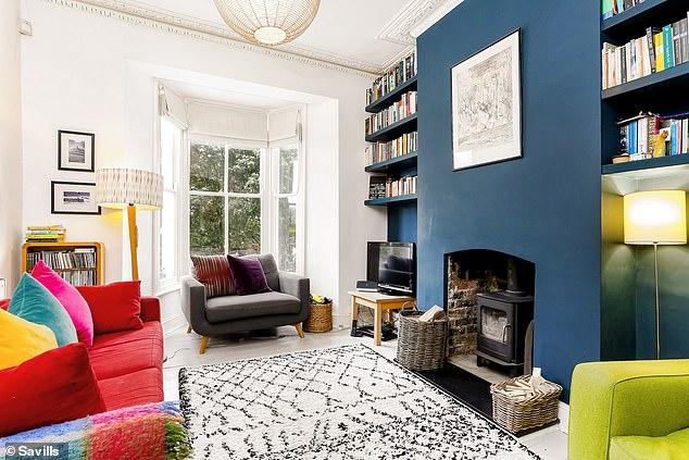A casa do terraço tem alguns recursos de época, como janelas de sacada com caixilhos de guilhotina