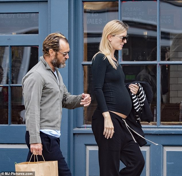 Hey Jude This Is Baby Number Six Actor Jude Law Is Delighted To See His New Wife Phillipa 32 Pregnant Fr24 News English