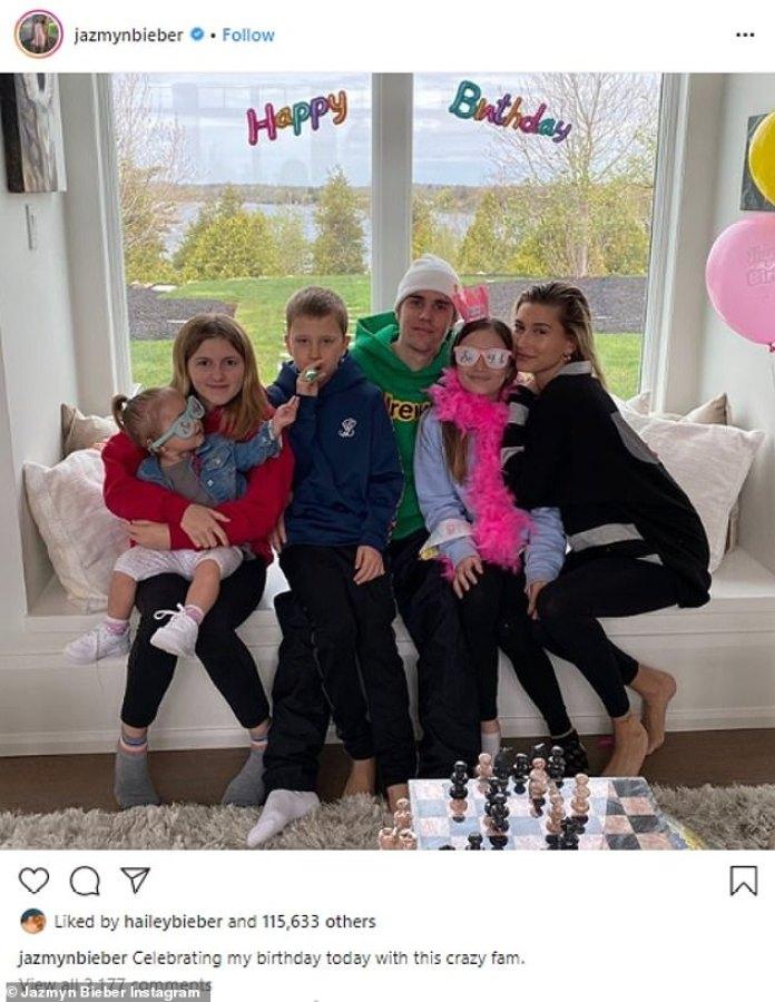 Los Biebers!  Jazmyn compartió una foto en las redes sociales de todos sus hermanos, incluidos Hailey y Justin, celebrando con ella.