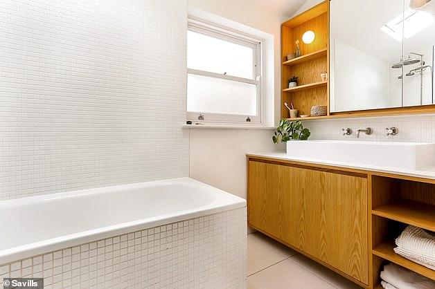 Existem dois banheiros da família, com este incluindo um armário espelhado