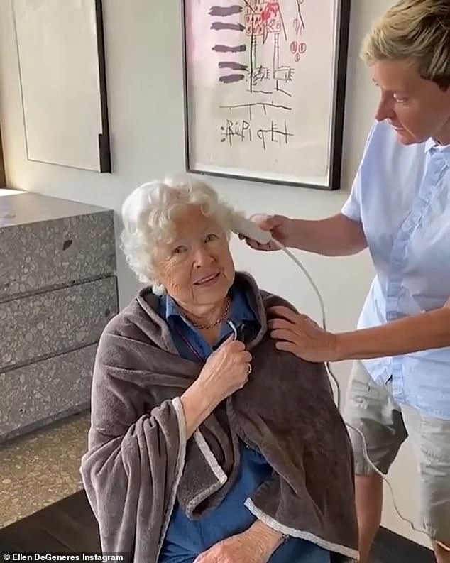 Ellen Degeneres Gives Mom Betty A Very Short Haircut For Her 90th Birthday Fr24 News English