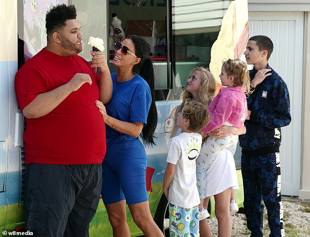Katie Price Treats Her Children With Ice Cream For Her Late 42nd Birthday Celebrations Fr24 News English