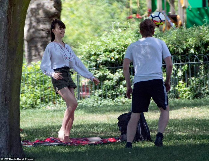 A kick: the couple laughed while playing with a soccer ball, Daisy having chosen to go barefoot